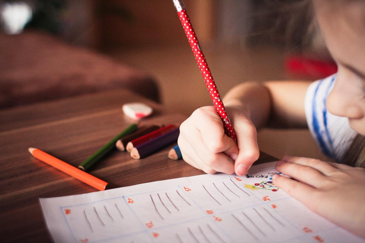 Auf Kinderschreibtisch konzentriert arbeiten