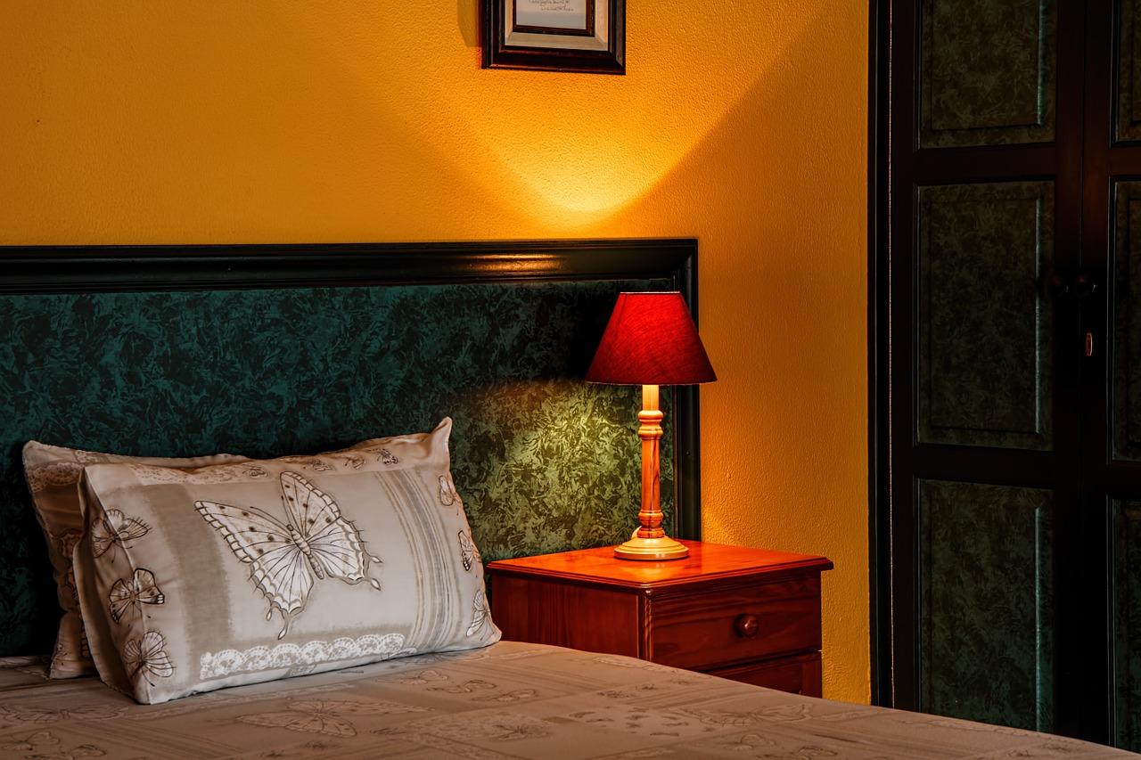 Eine Nachttischleuchte macht schönes Licht