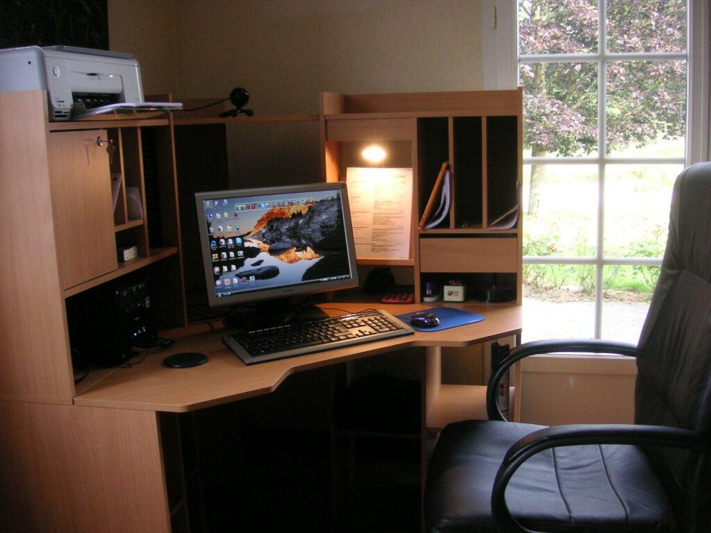 PC Schreibtisch mit viel Stauraum