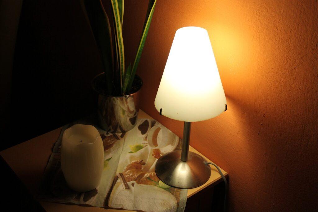 Nachttisch fuer Boxspringbett Licht, Schubladen