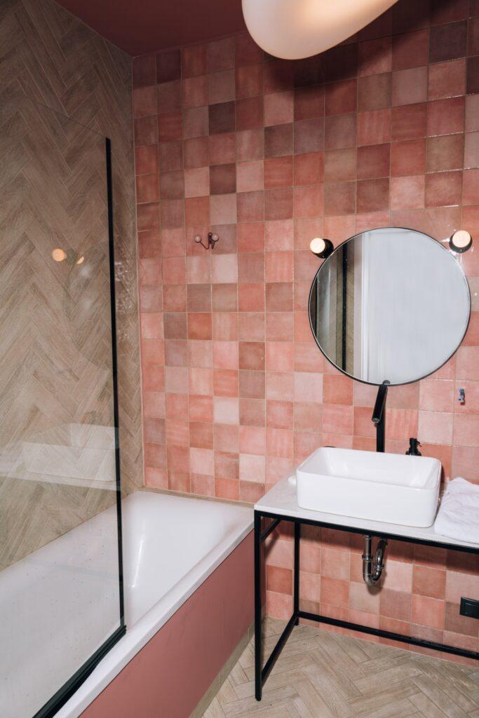 Ein Badewannenaufsatz ist für die Montage auf einer bereits vorhandenen Badewanne konzipiert.