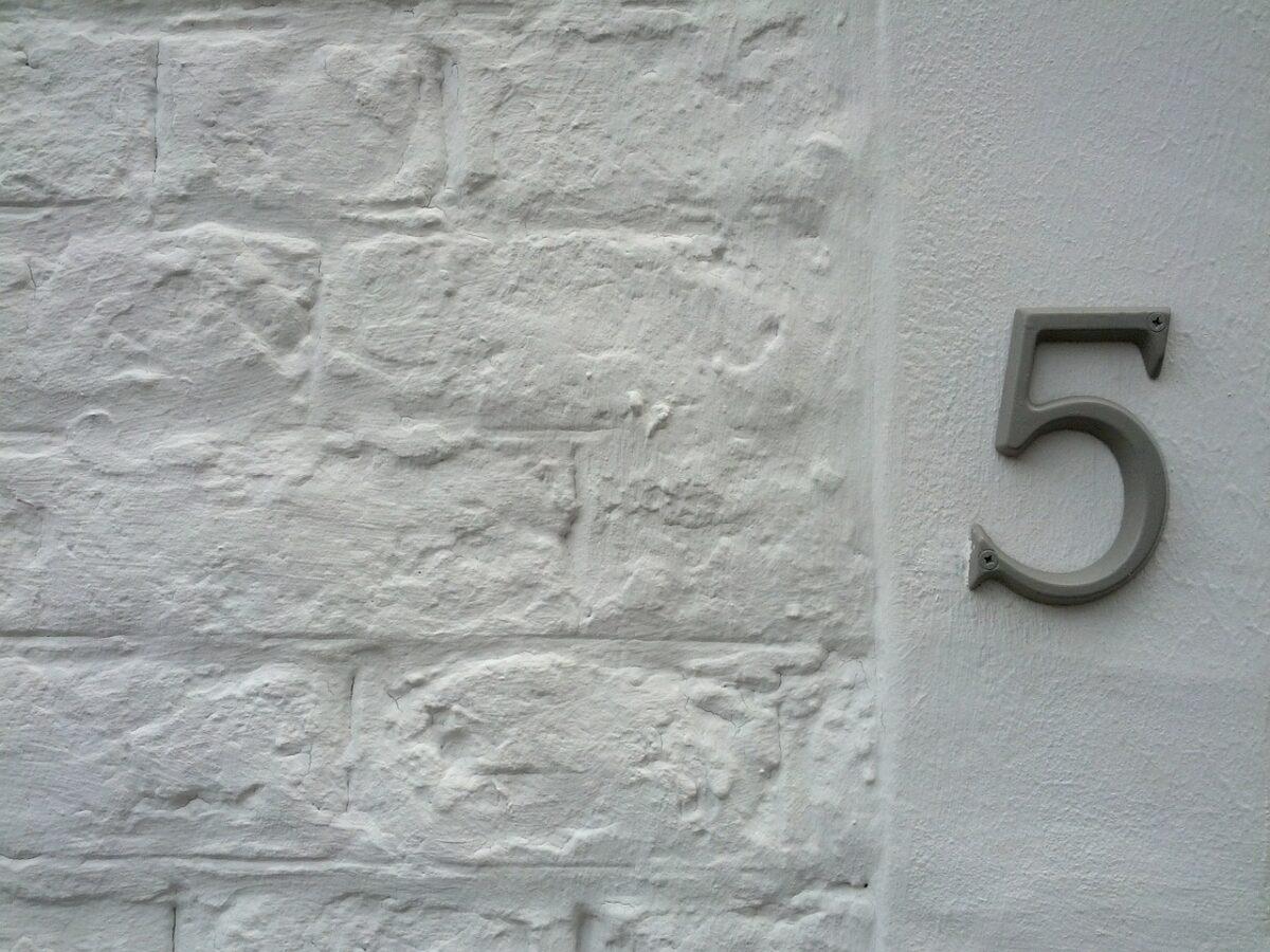 Du kannst ein Hausnummernschild auf unterschiedlicher Art und Weise an dem Gebäude befestigen.