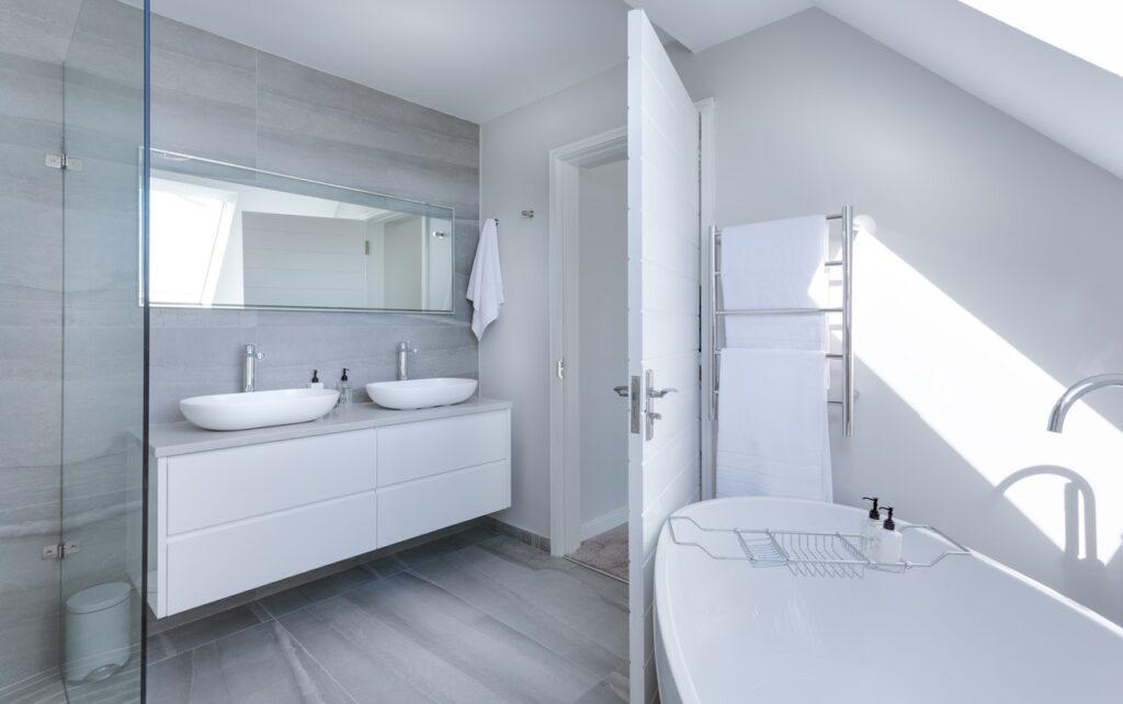 Kosmetikeimer gibt es in vielen verschiedenen Ausführungen, sodass Du das beste Modell für Dich und den Einrichtungsstil in Deinem Badezimmer finden kannst.
