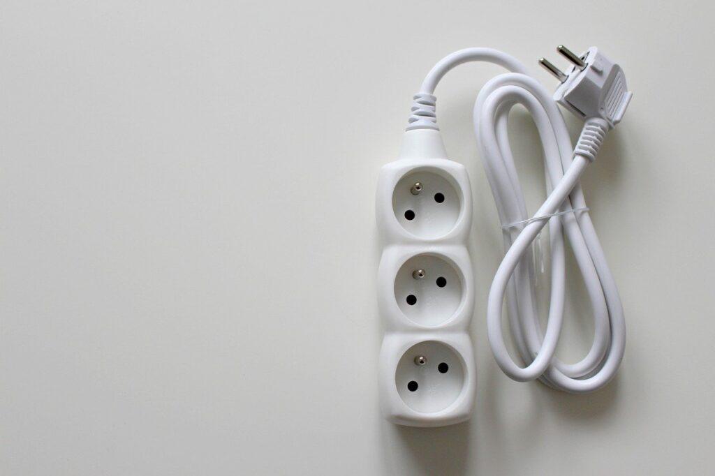 Ein Verlängerungskabel ist für die sichere Verbindung zwischen einem elektrischen Gerät oder einer anderweitigen Anschlussleitung zu einer entfernten Stromquelle konzipiert.