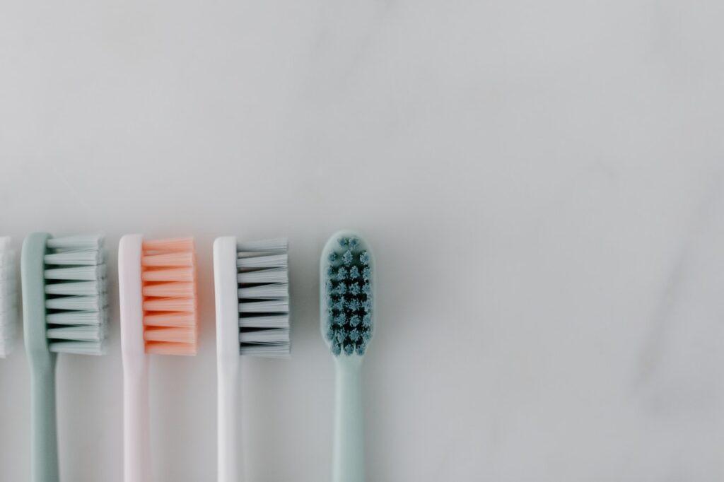 Zahnbürstenhalter sorgen für ein aufgeräumtes Bild rund um das Waschbecken.